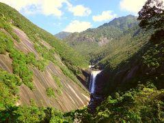 宿から出発し、最初の観光地点は千尋の滝 落差60mの滝です。 左側の一枚岩の花崗岩の大きさに圧倒。 大雨の後はすごい水量らしいです。