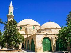 塩湖の湖岸に建つハラ・スルタン・モスク。 いろいろな国に支配されて来たキプロスですが、1571年~1878年まではオスマントルコに支配され、イスラム教もこの頃に本格的に入って来たようです。  ここは、イスラム教の巡礼者にとって、メッカ、メディナの神殿、エルサレムのアル・アクサ・モスクに次いで4番目に重要なモスクなのだそうです。  預言者ムハンマドの近親者ウム・ハラムの墓の上に1816年に建てられています。