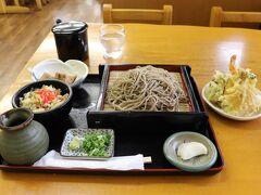 遅いランチをゆのたに手づくり村心亭で食べました。  開高飯蕎麦定食+天ぷら  ゆのたに手づくり村心亭
