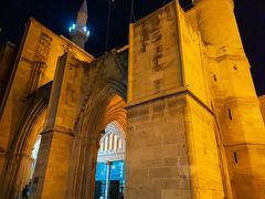 セリミエ・ジャーミー。 かつてはキリスト教の大聖堂でしたが、オスマン帝国に支配されてモスクに変えられてしまったそうです。