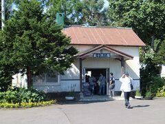 石狩当別からの列車が到着後で、駅はにぎわっていた。