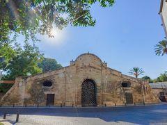 2日目は首都ニコシア(現地語ではレフコシア)観光。  ニコシアは、ヴェネツィアに支配されていた時代、オスマントルコの侵入に備えて町に城壁が巡らされ、その城壁が今でも残っているところです(城壁の中が旧市街、外が新市街)。  城壁の外と中を行き来する門が3つあって、最大のものがこのファマグスタ門です。 今はカルチャーセンターとして使われています。
