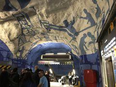 食事の後は、地下鉄で中央駅へ。 ストックホルムの地下鉄と言えば地下鉄アートが有名です。地下鉄の中央駅(T‐セントラーレン駅)にも地下鉄アートが見られます。何度も使った駅ですが、いつも使っていたのは、グリーンラインとレッドラインだったので、まだ見ていませんでした。地下鉄アートが見られるのはブルーラインのホームです。かなりエスカレーターで地下に降りた所にありました。