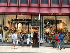 その通り沿いにある「Amandas Stockholm」。 mozなどスウェーデンブランドの雑貨が揃っています。ここでお土産を購入。
