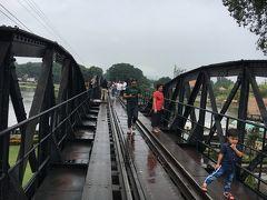 さて、列車の時間まで1時間も余裕ある、ホテルから戦場にかける橋で有名な橋へ歩いていける距離。大勢の人が鉄橋をわたっています。