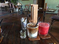 アラヤの朝食は、プタニ OR マニサン どっちでもいいみたい。 まずはプタニレストランにて。 カフェラテとスイカジュースにしました。