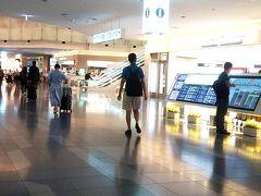 ウン十年前に行った海外旅行は成田空港からだったので、羽田空港国際線ターミナルは初めてです。飛行機は深夜便ですが17時には空港に着きました。キャリーケースを預けて出国手続きを致しましょう。 ついでだから自動化ゲートの利用手続きをしようと思ったら、ブースに人が居なかったので事務所のようなところに声を掛けて係員を呼びました。(仕事しろよ) すぐ終わるようなことを聞いたけど10分以上かかって疲れました。非情な娘は先にサッサと出国しちゃってたし、探してキョロキョロしてたら出国審査のおばちゃんに声を掛けられてしまいました。迷子じゃないです。