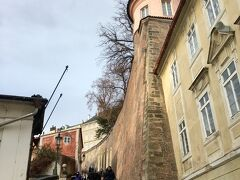 最寄りの駅で下車し、プラハ城を目指して坂や階段を登っていきます。