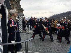 衛兵交代式、始まりました! フラッチャニ広場のほうから交替する衛兵がやって来ました。