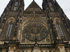 入場券を購入しプラハ城内へと入ります。 まず真っ先に目に飛び込んでくるのが聖ヴィート大聖堂。 その荘厳さ、スケールの大きさに圧倒されます。