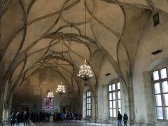 続いて旧王宮へ。 一番の見所はアーチ型の天井が印象的な巨大なホール、ヴラディスラフホールです。
