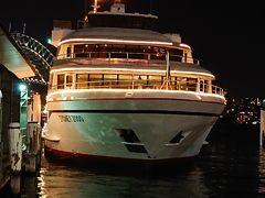 これから乗る船。 キャプテンクック 船によって値段が違うし、取り扱う旅行会社によっても値段が違うのが不思議。 日本旅行だとめっちゃ高いので、いつものベルトラさんに申し込みました。