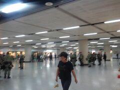 【空港アクセス妨害デモ?】 空港アクセス妨害デモが予告されていたので、当局も警戒に当たる。空港と中心部を結ぶ機場快綫はそれに備えて、空港と終点の香港駅のみの停車となり、その後、通過駅は閉鎖された。もっとも、大規模な妨害活動は行われなかったようである。 ちょうど通りかかった機場快綫の香港駅への通路。警察がものものしく警備しているが、抗議活動が起こる様子はない。少しびびって写真がぶれている。