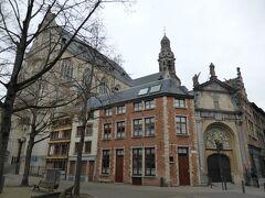「聖パウルス教会」(木に隠れているほう) 内部にはルーベンスなどの絵画が飾られているそうですが、冬なので開いてません。