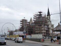 スヘルデ川沿いへ出たら工事中の建物が。 「ステーン城」です。