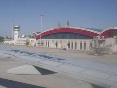 敦煌空港に到着。予定より10分早く10時ちょうどに着いた。