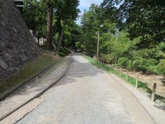 9月18日午後2時45分頃。 松江神社、興雲閣を訪れたのち松江城山公園内を北へ向かって、「松江歴史館」の方向案内に従って歩きます。
