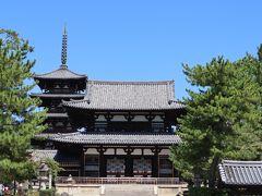 中門(飛鳥時代・国宝) 中央に膨らみのある柱は、エンタシスと呼ばれ、飛鳥時代の様式を残します。