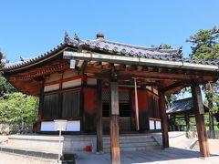 西円堂(鎌倉時代・国宝) 中央の薬師如来像(奈良時代・国宝)を取り囲むように十二神将像が、東面には千手観音像、北面には不動明王像が安置されています。