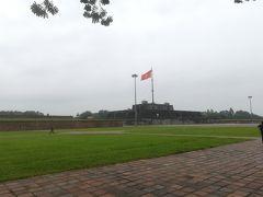 """さて、食後は王宮へ 巨大な国旗の掲揚台""""The Flag Tower""""へ"""