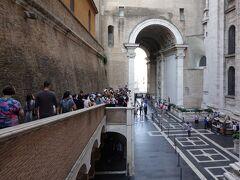 ヴァチカン美術館からサンピエトロ大聖堂側(セキュリティチェック済エリア)に出た写真。クーポラ登り口近く  サン・ピエトロ寺院 Basilica di San Pietro