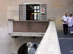 ヴァチカン美術館からサンピエトロ大聖堂側へ出て振り返った写真 バチカン美術館
