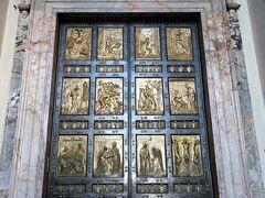 25年に一度クリスマスの日にだけ開かれる「聖なる扉」 サンピエトロ大聖堂内への扉は全部で5つ 「聖なる扉」「死の扉」「善と悪の扉」「中央扉」「秘蹟の扉」