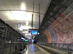 そして地下鉄アートが中途半端にゴージャスです。東京の地下鉄も駅によっては凝っていますがこちらの駅はとにかく広いのでそれだけで圧倒されます