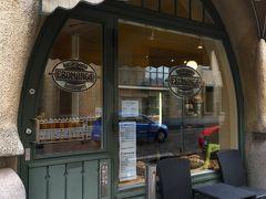 港に帰ってきたのでお昼ご飯も兼ねて、近くのカフェに行きました。みんな大好きエロマンガカフェです