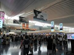 羽田空港では、ファーストクラスの乗客は国内線ターミナルから 国際線ターミナルへの移動はレクサスの専用車での送迎サービス がありますが、普段の行いが悪いのか、早朝だったのでドライバー の手配がつかなかったのか、はたまた自分がいつも特典航空券 でファーストばかりの利用だからブラックリストに載っているの かは解りませんが(苦笑)普通にバスでの移動となりました。  ANAの欧米路線のファーストクラスは今回で約20回ほど利用 していますが、実は羽田からの利用は初めてです。 いつもの成田だったらZ屋敷(Zカウンター)に行ってチェック インするのですが勝手がわからない羽田なので少しウロウロと 彷徨ってしまいました。 羽田の国際線チェックインカウンターは、夏休み最後の週末の ためかかなり混雑していました。
