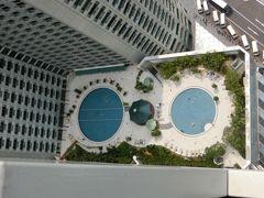 部屋から見たホテルのプールです。メガネみたいですね(笑)