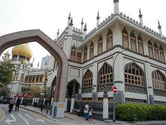 サルタン・モスクです。でかいです(笑)迫力がありますね。   この日は、残念ながら中に入ることができなかったので、建物の外のみを見学。