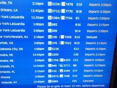 で、乗り継ぎ便を確認したら・・・・  雷雲の影響で到着便が軒並み遅れていることに気がつきます。 当初はラガーディアに11:35発のUA5364便に乗り継ぐはずが 682便に振り替えられてしまいました。 しかも14:15になっていますが実際に出発したのは15時を 回ってから・・・  予定では14時にはラガーディアに到着し、JFK空港で荷物を 一時預けして8年ぶり?のマンハッタン観光をするつもりが・・ 号泣
