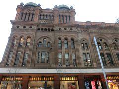 【クイーン・ビクトリア・ビルディング(Queen Victoria Building)】はQVBと呼ばれる老舗デパートだそうです。ゴシック・ロマネスク様式の外観に歴史を感じます。それもそのはず、1898年建造だってさ!