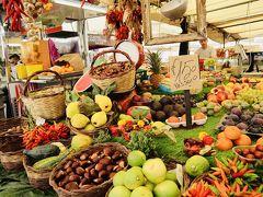 カンポ・デ・フィオーリ市場に来ました 色鮮やかな果物やお土産ものが並んでいます 特に買い物はしませんでしたが