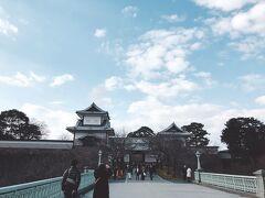 兼六園はちらっと眺めて(夜のライトアップに行こうとなったので昼間は寄らず)金沢城公園へ。 寒かったですが、お天気も回復してよかった~♪
