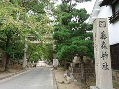 伏見稲荷大社の前の道をずーっと南下します。 20分ちょっと歩くと藤森神社があります。