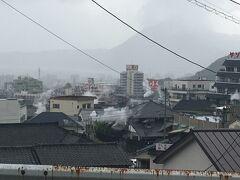 ホテルそばのバス停から、バスで鉄輪温泉へ。 雨でも煙がすごい