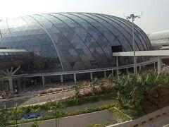 シンガポールでのトランジット時間は約5時間。 折角なので一旦入国して、空港内のジュエルへ。