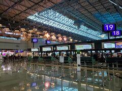 第一ターミナルよりも天井が高く、開放感があります。 国際線のカウンターは見ているだけでなんだかワクワクするものです。