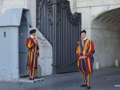 スイス人傭兵隊 制服はミケランジェロのデザイン Swiss Guard Arco delle Campane