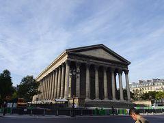 歩いてマドレーヌ広場へ。 ギリシャ神殿のような荘厳な外観です。 マドレーヌちゃんを思い出したりしながら・・歩く・・この寺院とマドレーヌちゃんは関係ないようだけど