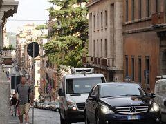 4つの噴水のある交差点から、すぐ坂下方向(北側)にチョットだけ見えるのがバルベリーニ宮の門です。映画「ローマの休日」では、二人が車の中で語り合った後、この門の中に王女は去っていった場所。(後日、内部まで訪問しました!)  4つの噴水 (クワットロ フォンターネ) Quattro Fontane ローマ バルベリーニ宮 Palazzo Barberini  ローマ