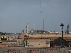 ローマを一望できるクイリナーレの丘と言われても広場自体からは写真の通りで、クイリナーレの丘に建つ建物(大統領官邸)の上層階に登らないと駄目かも。。  「ローマの七丘」の1つに数えられるクイリナーレの丘にある広場だけに眺望を期待して徒歩で立ち寄りましたが、周りの建物も高さがあるので高台からの眺めは今一つでした。 一方、イタリア大統領官邸として使われているクイリナーレ宮殿、憲法裁判所が入居するコンスルタ宮殿、オベリスク付きのディオスクーリ噴水などに囲まれているので、下界の見晴らしが効かないだけで景観自体が悪い広場ではありませんでした。