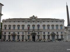 コンスルタ宮(Palazzo della Consulta)は、教皇クレメンスXII世の依頼で1735年に完成したバロック様式の宮殿です。クイリナーレ広場と道路一本挟んで接する 現在は憲法裁判所が入居し、クイリナーレ広場を挟んで建つ大統領官邸として使われるクイリナーレ宮殿と共に静かな雰囲気を醸し出していました。(朝が早かったからかも知れませんが)  コンスルタ宮 Palazzo della Consulta クイリナーレの丘 クイリナーレ広場