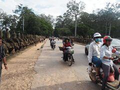 世界遺産の門ですが 車やバイクや自転車が行き交います。