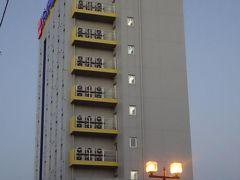 車で東に向かい「スーパーホテル十和田」にチェックイン。 低料金だったのでシングルを3部屋予約しています。