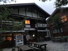 5時22分、明神館。  そろそろ日の出のはずですが少々曇り気味。 山上でのご来光は難しかったのかな。