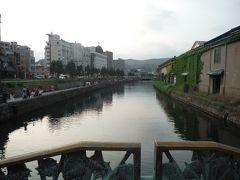 小樽運河に出てきました。右側のレトロな倉庫の中は、レストラン・居酒屋が営業しています。