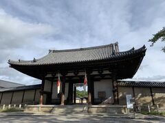 法隆寺の表玄関にあたる南大門。 室町時代に再建された国宝建築です。